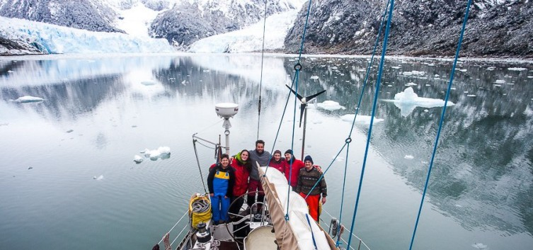 Notre voilier Vénus au pied des fjords chiliens.